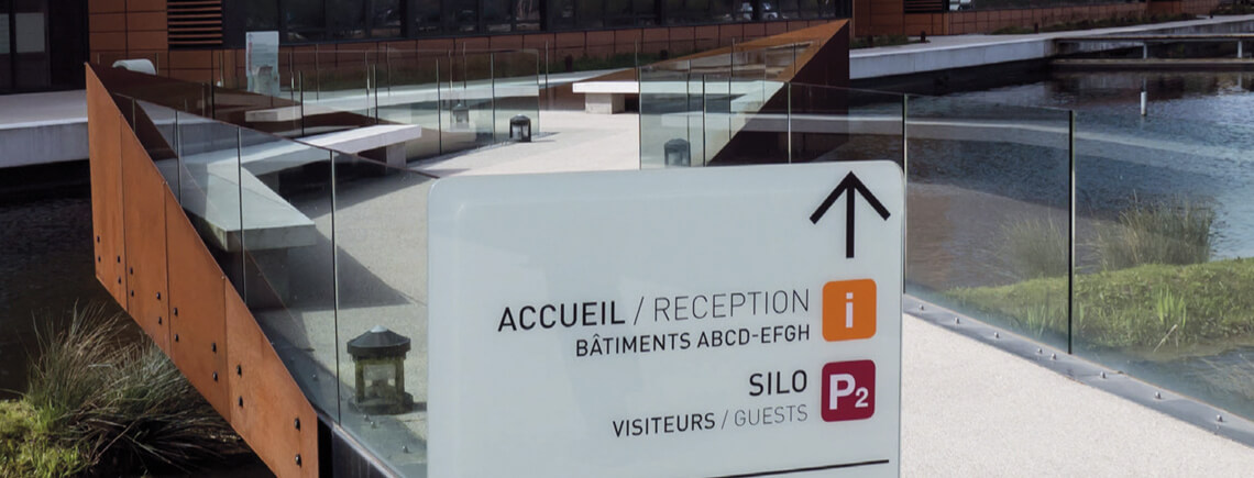 exterior way finding monolith for building access made of tempered glass | île© marcal