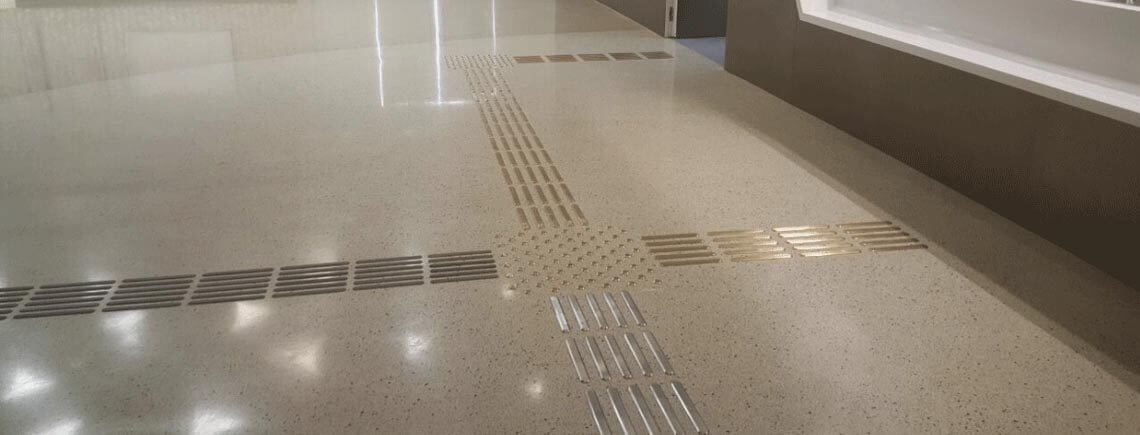detectable flooring path with directional bars and stainless steel studs | podoinox© marcal