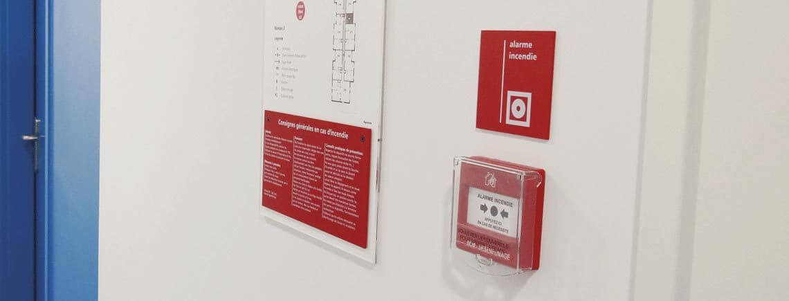 alarm push-button sign and methacrylate evacuation plans support | sécurité© marcal